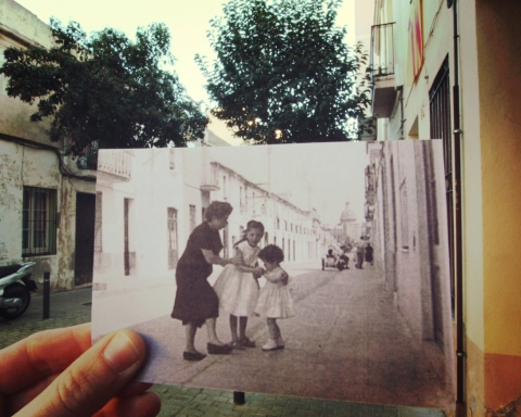 Tres generacions de dones al carrer Servet. Imatge original publicada per la Núria Abella Soria al grup de Facebook Sant Andreu de Palomar Abans.