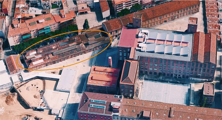 Encerclada en color marró, la nau que ha d'acollir el museu de la Fabra & Coats / Google Maps