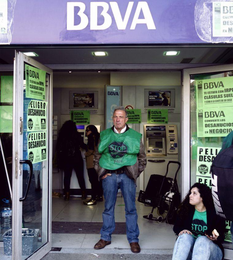 Els activistes de la PAH ocupen el local del BBVA / DGM