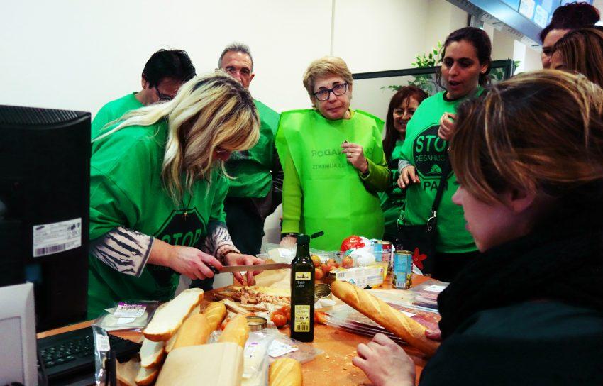 Els membres de la PAH preparen entrepans sobre un escriptori de l'oficina / DGM