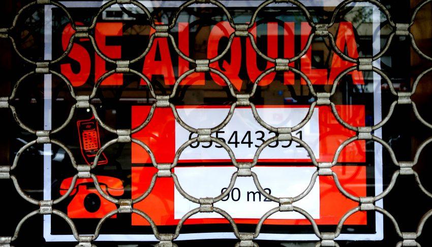Un anunci de lloguer a un local amb la persiana abaixada / DGM