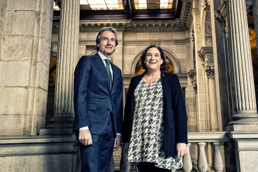 El ministre de Foment, Íñigo de la Serna, és rebut per l'alcaldessa de Barcelona, Ada Colau / AJUNTAMENT DE BARCELONA