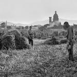 Pagesos al camp en el moment de l'Angelus, dècada de 1920 / COL·LECCIÓ ARISA - IEFC