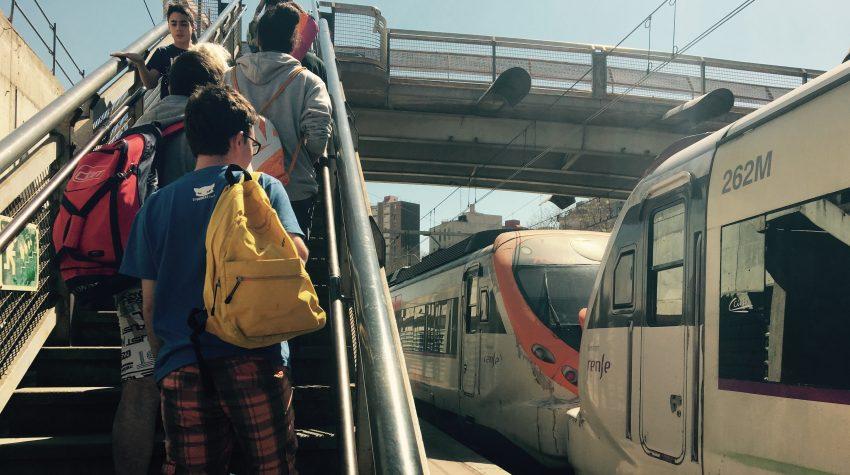 Usuaris de Sant Andreu Comtal pugen per les escales de l'estació / DGM