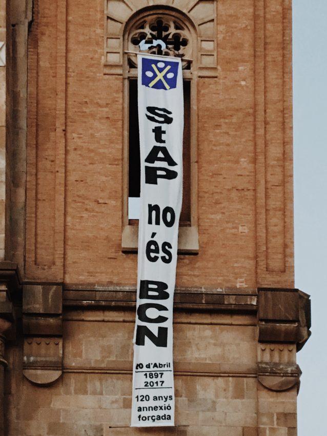Pancarta 'Sant Andreu no és BCN' al campanar de la Parròquia / David García Mateu