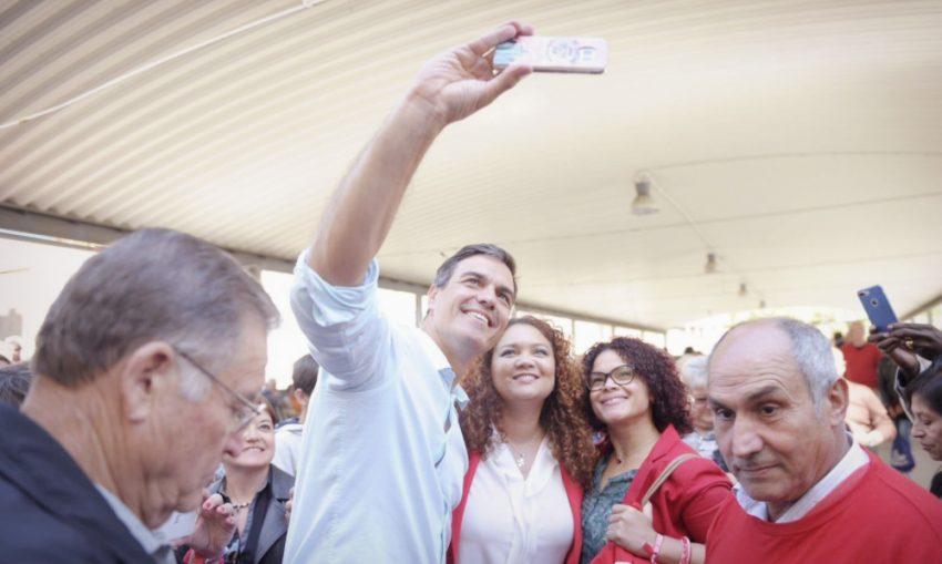 Pedro Sánchez es fa una selfie amb dues assistents al míting / @sanchezcastejon