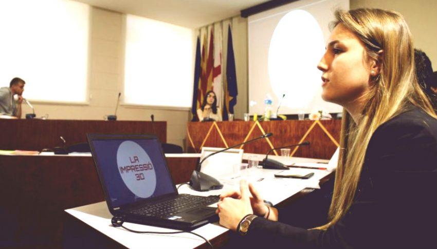 Victòria Villalta, alumna de l'Escola Jesús i Maria, explica el seu treball de recerca / AJUNTAMENT DE BARCELONA