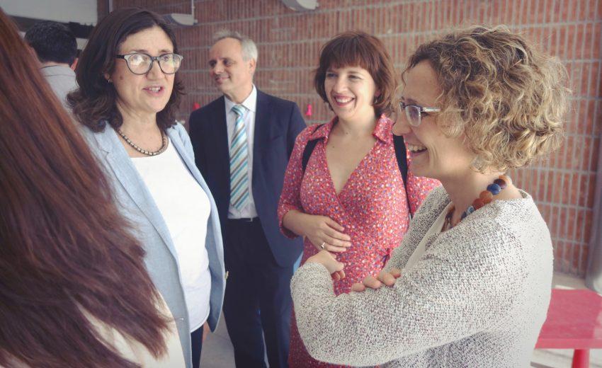 Al centre, la vicepresidenta del Consorci d'Educació, Laia Ortiz, i a la dreta la consellera Meritxell Ruiz DGM