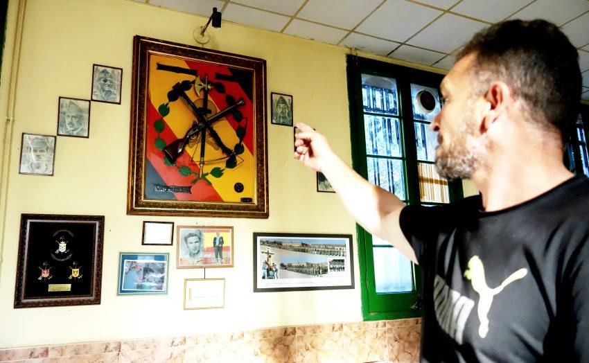 José Luis Córdoba, president de la Hermandad de Antiguos Caballeros Legionarios de Barcelona, assenyala amb el dit la fotografia de Francisco Franco DGM