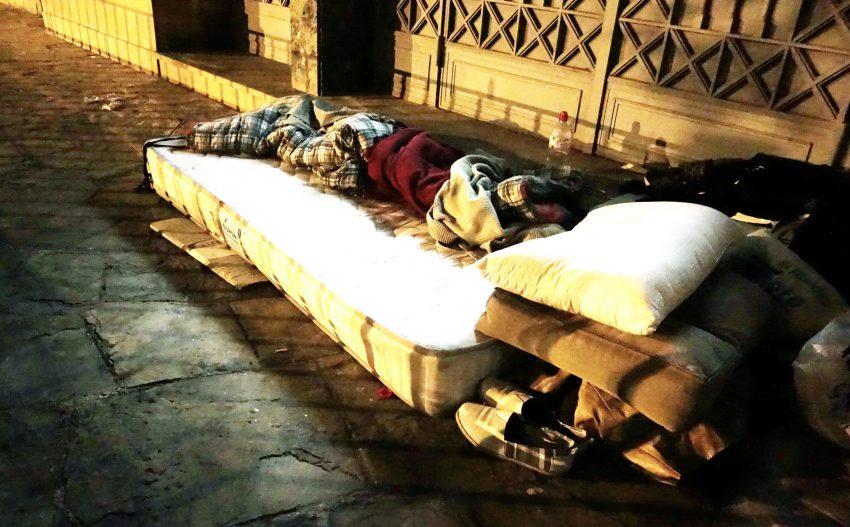 Un llit d'una persona sense llar a Barcelona DGM
