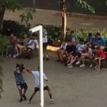 Un combat de boxa entre els adolescents a la plaça de Can Portabella / AV Sant Andreu Sud