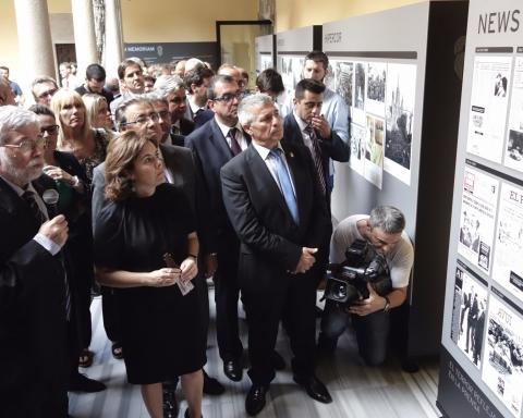 La vicepresidenta del Govern d'Espanya, Sáenz de Santamaría acompanyada de José Vargas (ACVOT) en l'exposició sobre l'atemptat d'ETA a l'Hipercor / DGM