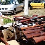 Un nen s'interessa per les armes exposades / DGM