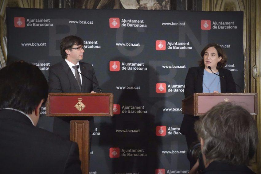 El president de la Generalitat, Carles Puigdemont, i l'alcaldessa de Barcelona, Ada Colau, en roda de premsa / DGM