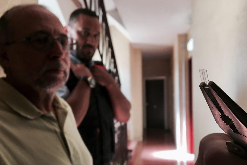 Els Mossos d'Esquadra ensenyen una de les marques de plàstic que els lladres van posar a la porta / DGM