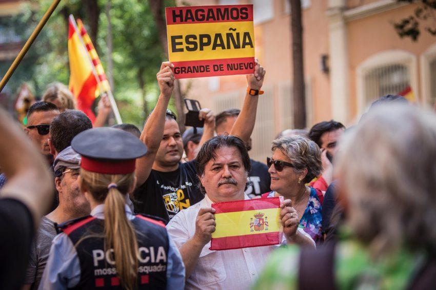 A la dreta i amb ulleres, la consellera del PP Carmen Santana en la manifestació / JORDI BORRÀS