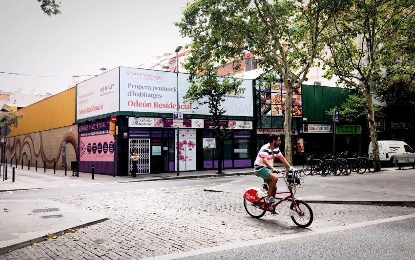 Un cartell immobiliari gegant ja recobreix el Mercaodeon de Fabra i Puig / DGM