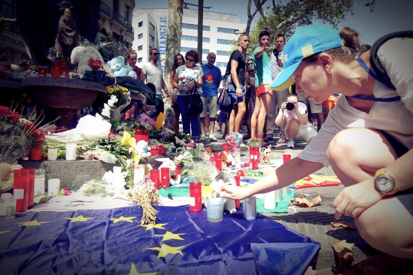Una dona encén una espelma davant la font de Canaletes / DGM