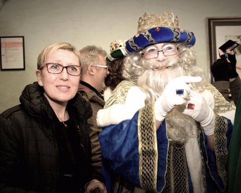 La regidora del Districte de Sant Andreu, carmen Andrés, amb Ses Majestats durant la Cavalcada del 2017 / DISTRICTE DE SANT ANDREU