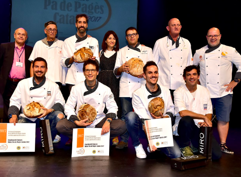 Miquel Guich, envoltat per la resta de participants en el concurs / CONSELL REGULADOR DE LA IGP PA DE PAGÈS CATALÀ
