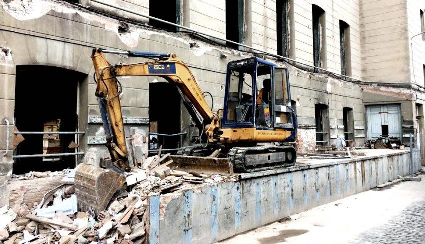 Una excavadora retira les restes de l'últim moll de càrrega de la Fabra i Coats / X. de la Cruz