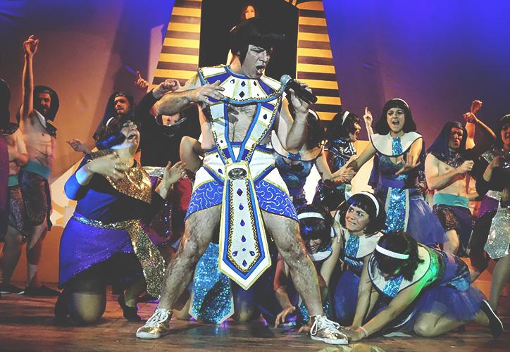 El faraó, interpretat per Marc Calvo, a l'escenari del Casal Católic / DGM