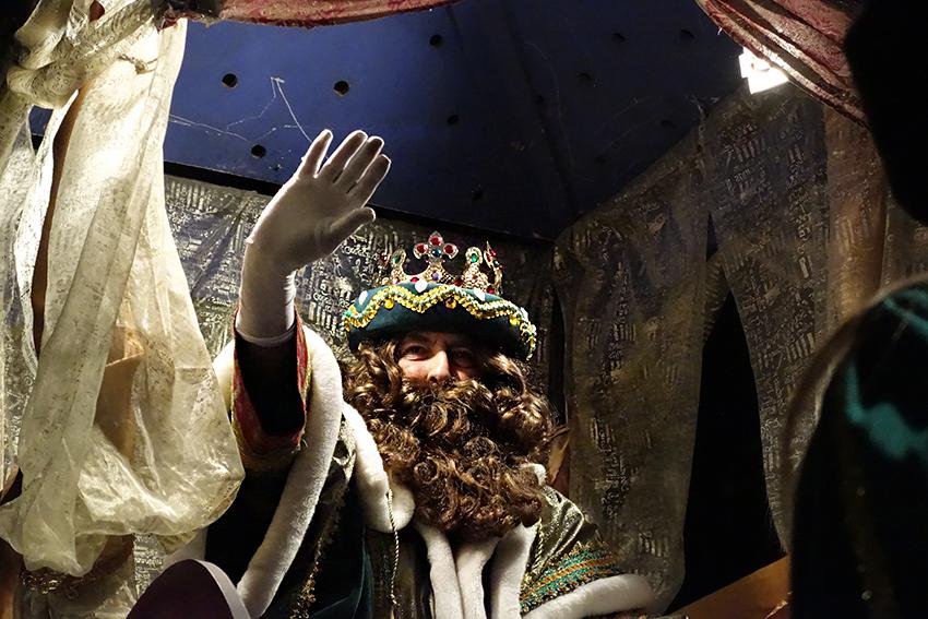 El Rei Gaspar saluda des de la carrossa al públic aplegat al carrer / DGM