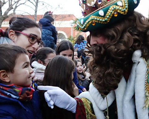 El Rei Gaspar dóna les gràcies a un nen després que li hagi entregat la carta / DGM