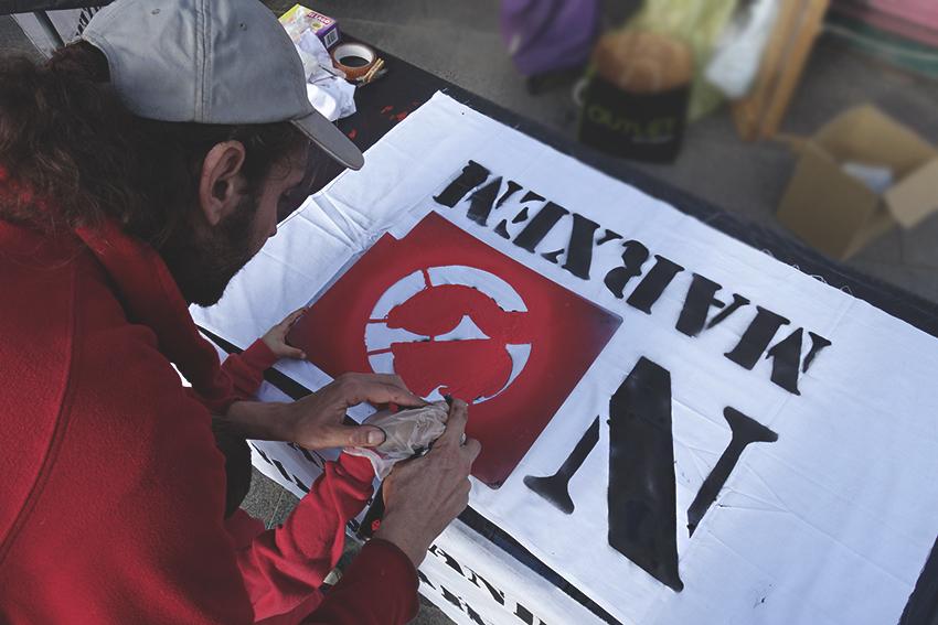 Els veïns i veïnes elaboren pancartes amb el lema 'No Marxem' / DGM