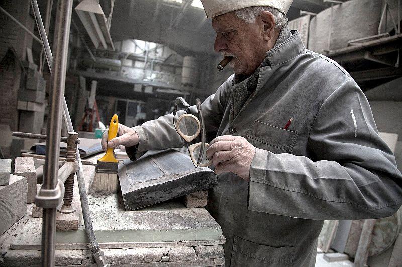 Joan Mora treballant en el seu taller / JOSÉ NAVARRETE