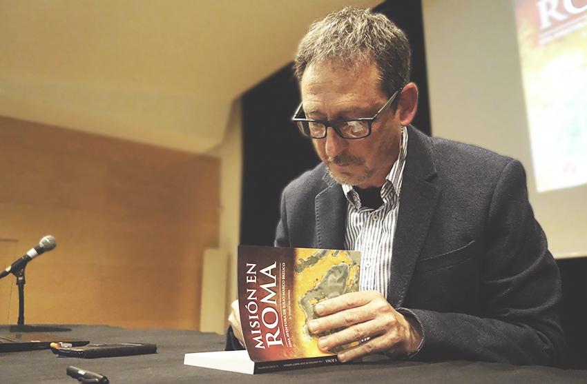 Artur Tudo signa un exemplar a un lector en acabar la presentació DGM