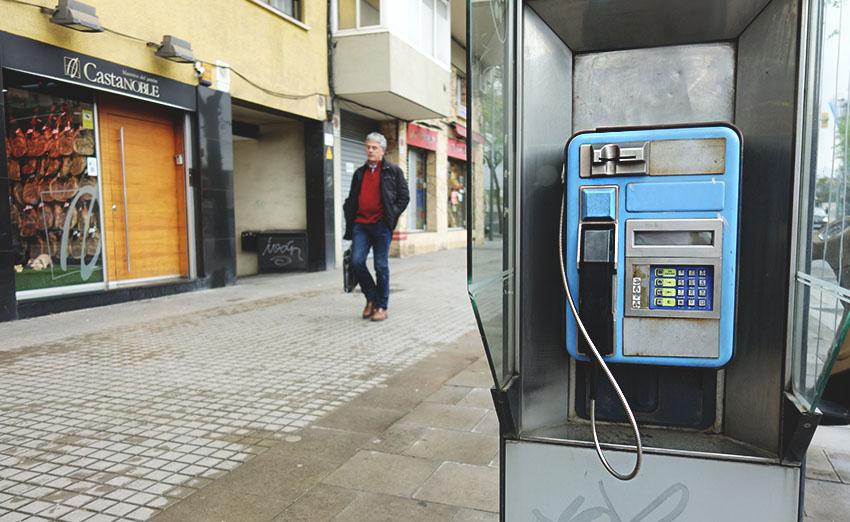 Cabina telefónica a Torras i Bages / DGM