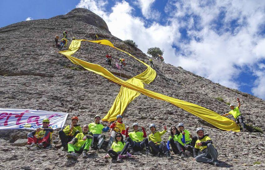 Excursionistes de La Cordada amb el llaç groc a Montserrat / CORDADA AEE