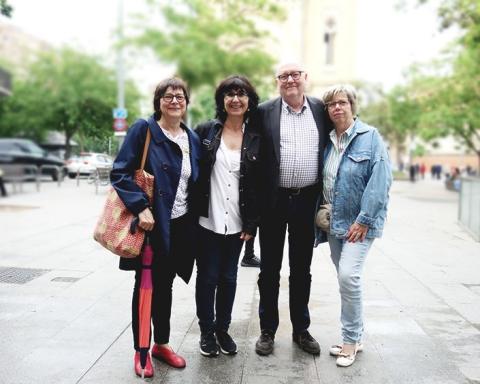 Les responsables de l'Escola la Pegaso, amb el president de L'Eix Comercial de Sant Andreu / DGM