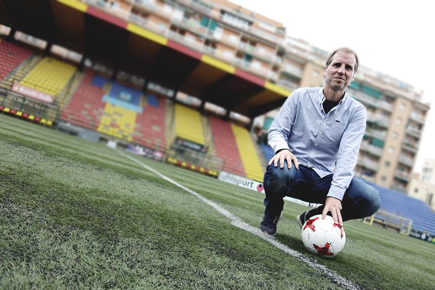 Mikel Azparren sobre el terreny de joc del Narcís Sala / DGM