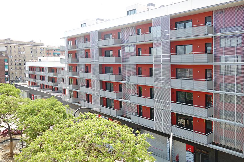 Els habitatges, vistos des del carrer de la Residència / DGM