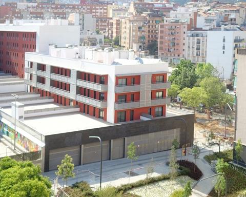 El bloc de pisos es troba envoltat pels jardins del PERI Lanzarote / DGM