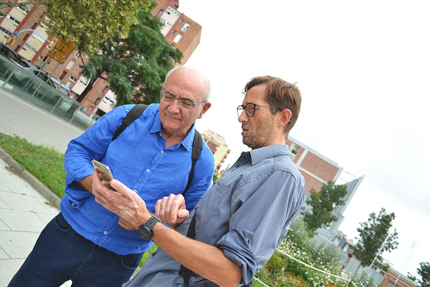 Artur Serra i Rafael Nualart consulten l'aplicació a Can Fabra / DGM