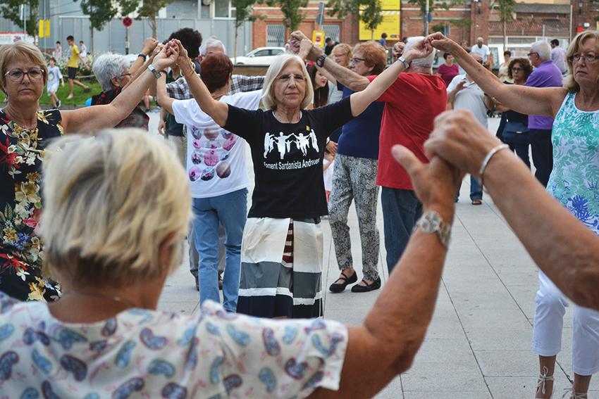 Sardanes a la plaça de Can Fabra / DGM