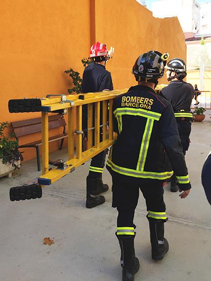 Els Bombers accedeixen a revisar el mur / AFA ESCOLA MESTRE GIBERT