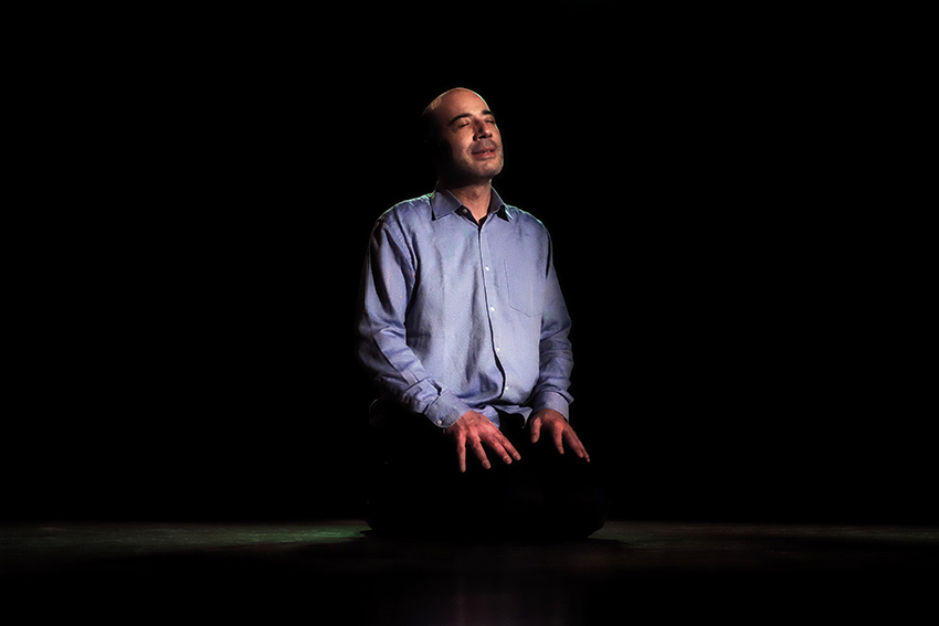 L'actor Ferran Terraza, sol sobre l'escenari en un dels moments del monòlegac