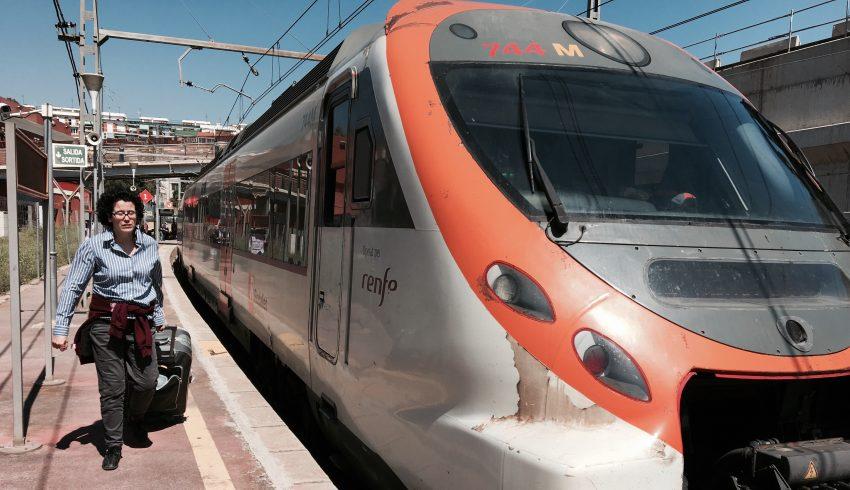 Una dona agafa el tren a Sant Andreu Comtal / DGM