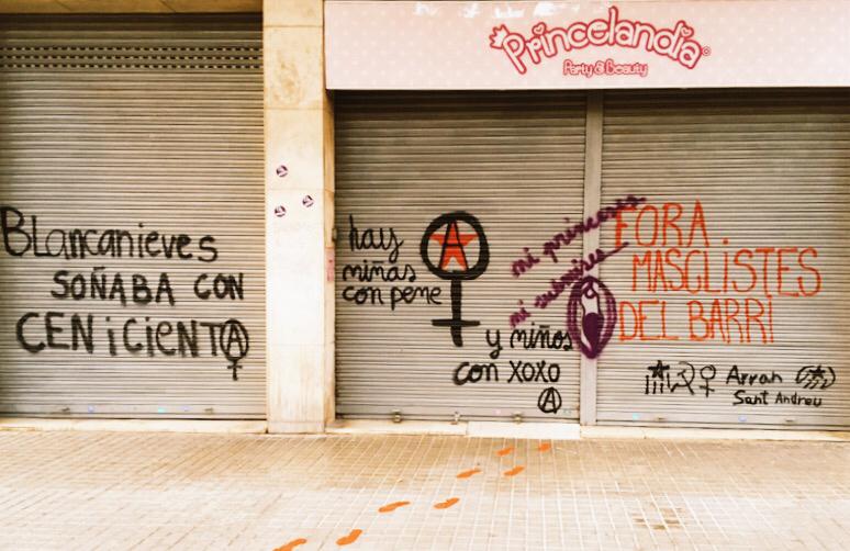 Pintades a la persiana i a la vorera del Princelandia | CUP Sant Andreu