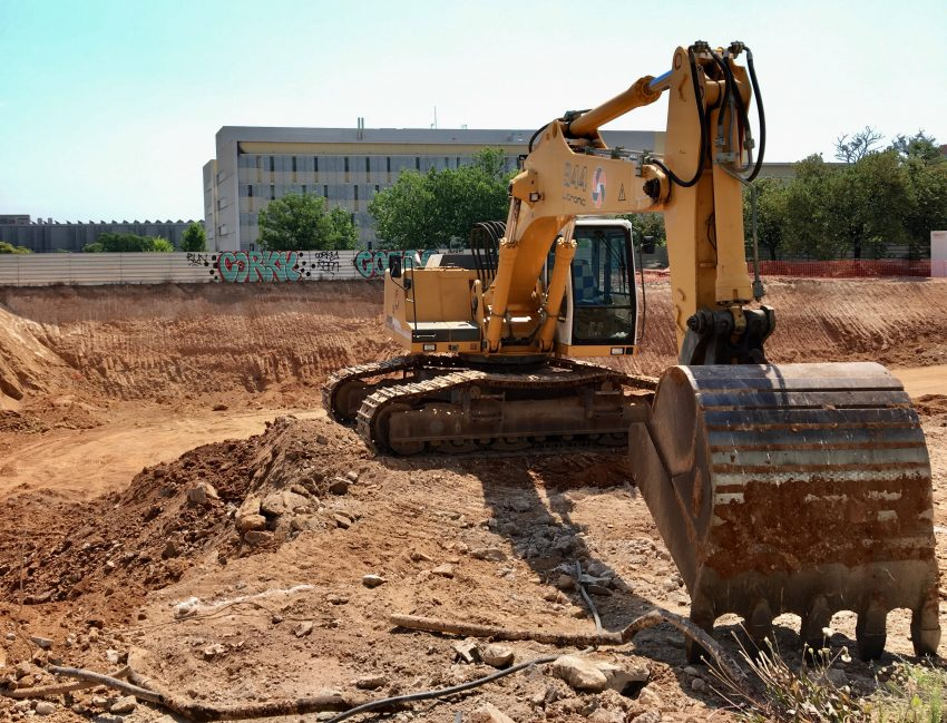 Una excavadora treballa en el solar del futur edifici de reallotjats / DGM