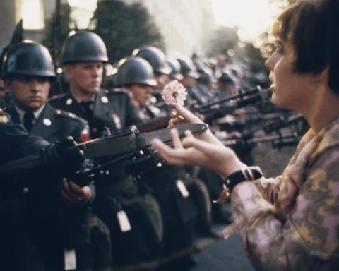 La Fille à la fleur, fotografia de Marc Riboud realitzada a Washington durant una manifestació contra la guerra del Vietnam