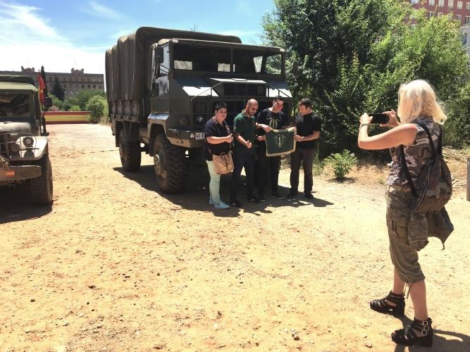 Assistent-posen-davant-dels-vehicles-militars-DGM-667x500.jpg