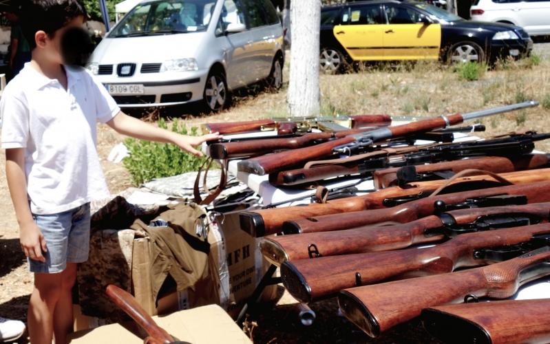 Un-nen-interessat-per-les-armes-exposades-DGM-799x500.jpg