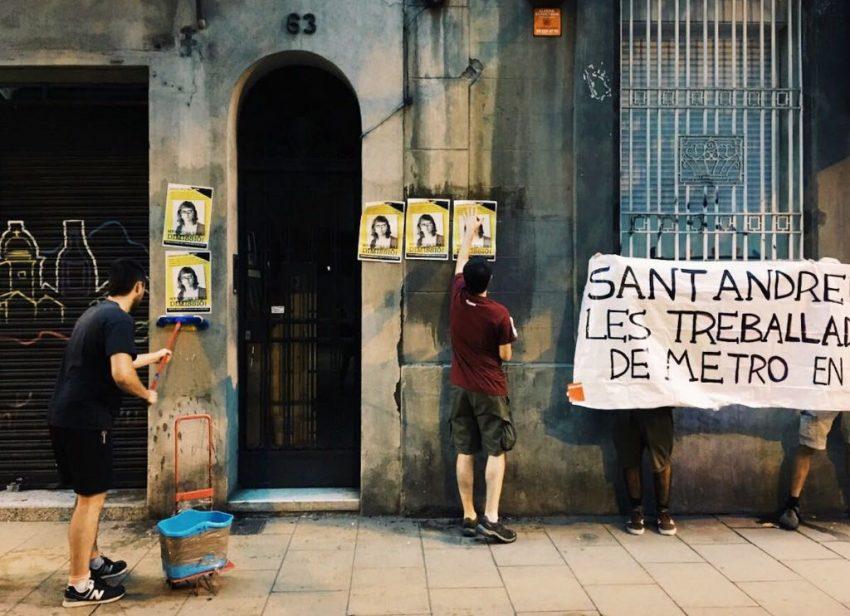 Manifestants enganxen cartells a la porta de la casa de Mercedes Vidal / MS