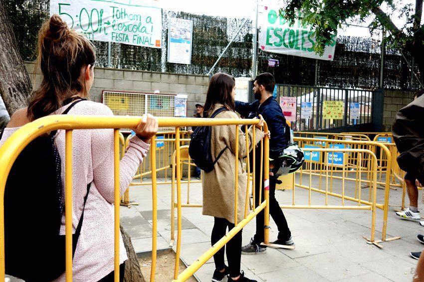Els veïns i veïnes van muntar una barricada amb tanques d'obra a la porta de l'Escola Molí de Finestrelles / DGM