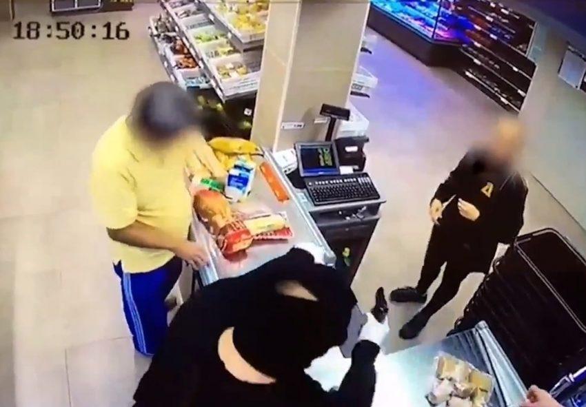 L'atracador apunta amb la pistola de fogueig a la caixera / ARXIU